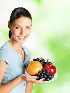 Bilder Obst Weintraube Brünette Lächeln Blick Mädchens