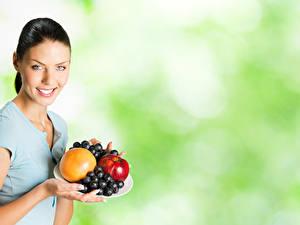 Fondos de Pantalla Frutas Uvas Cabello negro Nia Sonrisa Contacto visual Chicas