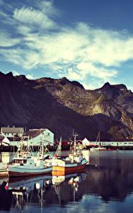 Hintergrundbilder Norwegen Lofoten Gebirge Gebäude Schiffsanleger Motorboot Reine