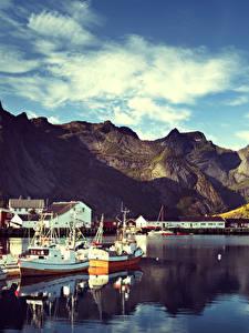 Hintergrundbilder Norwegen Lofoten Gebirge Gebäude Schiffsanleger Motorboot Reine Städte