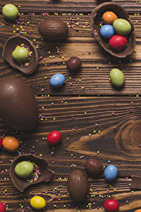 Bilder Ostern Schokolade Bonbon Süßware Bretter Ei Lebensmittel