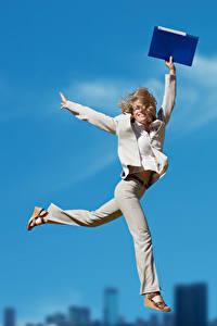 Hintergrundbilder Blond Mädchen Sprung Glücklich Hand Mädchens