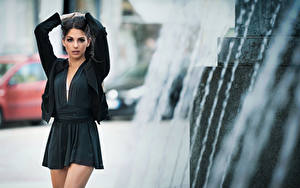 Fotos Brünette Kleid Posiert Hand Starren Unscharfer Hintergrund Sabrina junge frau
