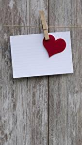 Papéis de parede Dia dos Namorados Tábuas de madeira Prendedor de roupas Folha de papel Coração