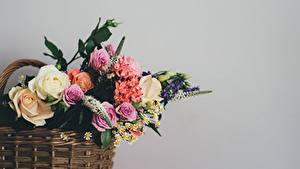 Fotos Sträuße Grauer Hintergrund Weidenkorb Blumen