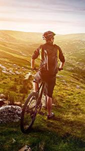 Bilder Mann Fahrräder Hinten Helm Hügel sportliches