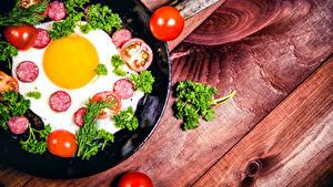 Fotos Wurst Tomate Gemüse Bretter Spiegelei Lebensmittel