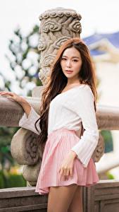 Bilder Asiaten Unscharfer Hintergrund Rock Braune Haare Starren junge frau