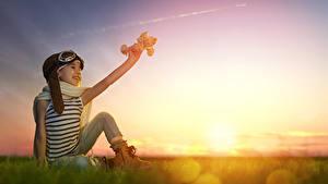 Hintergrundbilder Sonnenaufgänge und Sonnenuntergänge Flugzeuge Kleine Mädchen Brille Sitzen Schal Kinder