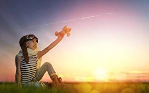 Hintergrundbilder Sonnenaufgänge und Sonnenuntergänge Flugzeuge Kleine Mädchen Brille Sitzend Schal Kinder