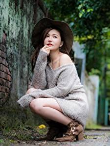 Hintergrundbilder Asiatisches Bokeh Pose Sitzt Der Hut Braune Haare Sweatshirt Mädchens