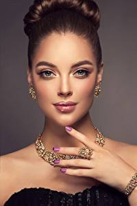 Fotos Schmuck Halskette Schönes Blick Braune Haare Make Up Maniküre Hand Sofia Zuravets Mädchens