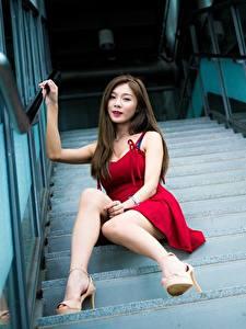 Fotos Asiatisches Stiege Braune Haare Kleid Sitzend Bein High Heels Unscharfer Hintergrund junge Frauen