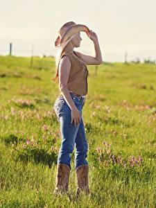 Desktop hintergrundbilder Grünland Gras Blondine Der Hut Bein Jeans Cowboy junge Frauen