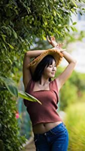 Bilder Asiatische Unscharfer Hintergrund Ast Posiert Bauch Unterhemd Hand Der Hut Brünette Mädchens