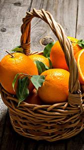 Fotos Zitrusfrüchte Orange Frucht Bretter Weidenkorb Lebensmittel