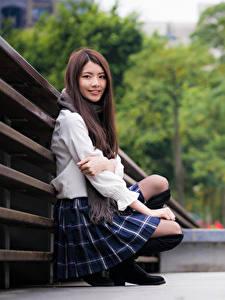 Hintergrundbilder Asiaten Unscharfer Hintergrund Sitzend Rock Braunhaarige Starren Lächeln
