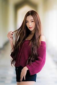 Fotos Asiatisches Unscharfer Hintergrund Braune Haare Starren Hand Sweatshirt
