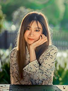 Hintergrundbilder Asiatische Bokeh Sitzt Hand Haar Blick Mädchens