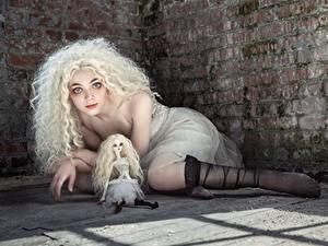 Bilder Lockige Blondine Blond Mädchen Bein Starren Blick Mädchens