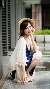 Fotos Asiatische Sitzt Der Hut Starren junge Frauen