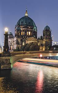 Hintergrundbilder Berlin Deutschland Gebäude Fluss Brücken Straßenlaterne Nacht