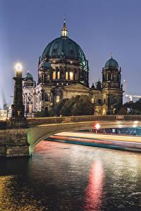 Hintergrundbilder Berlin Deutschland Gebäude Fluss Brücken Straßenlaterne Nacht Städte