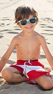Hintergrundbilder Strand Sand Jungen Brille Lächeln Kinder
