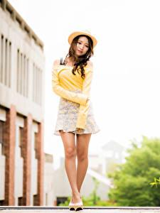 Fotos Asiaten Posiert Bein Der Hut Blick Bokeh junge Frauen