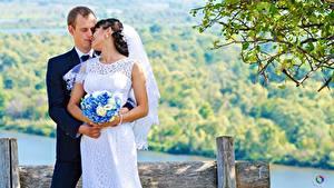 Fotos Paare in der Liebe Mann Blumensträuße Heirat Bräutigam Braut Zwei Mädchens