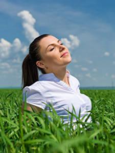 Hintergrundbilder Acker Himmel Braunhaarige Glückliches Mädchens