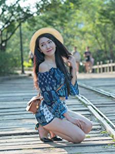 Bilder Asiatisches Handtasche Unscharfer Hintergrund Der Hut Brünette Hand Bein Pose