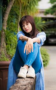 Fotos Asiatische Braunhaarige Sitzend Hand Bein Bokeh Mädchens