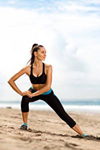 Bilder Fitness Strand Brünette Trainieren Sand Mädchens