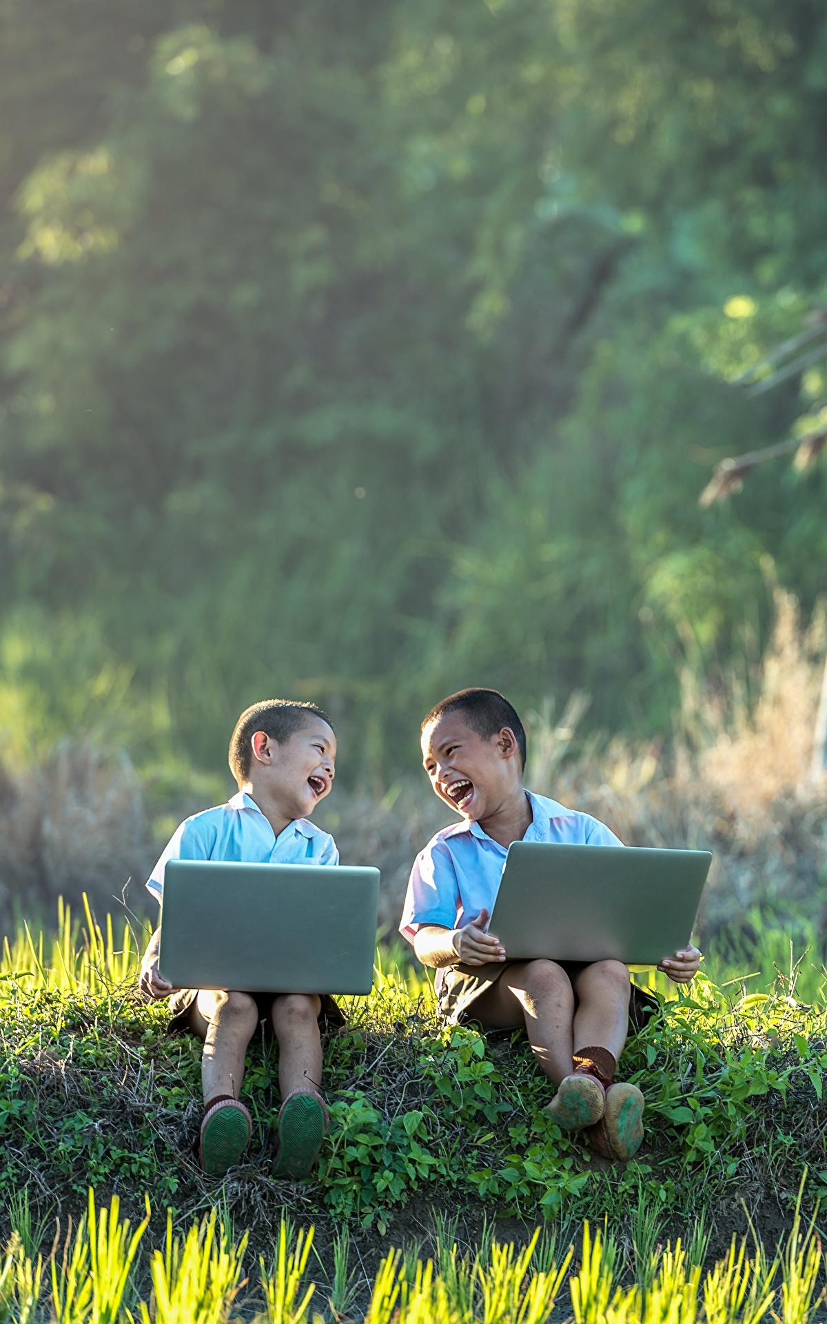 Foto Notebook Junge Lachen Kinder Zwei Asiatische Gras Sitzend 1200x1920 2
