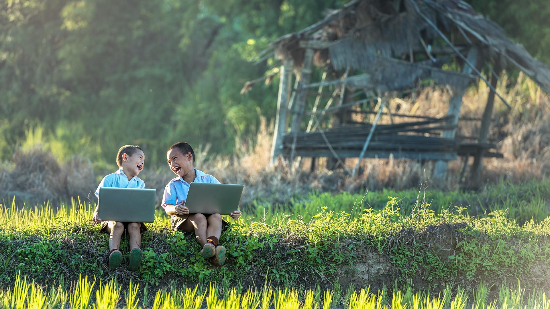 Foto Notebook Junge lacht Kinder Zwei Asiatische Gras Sitzend 1920x1080 jungen lachen Lachen 2 sitzt sitzen