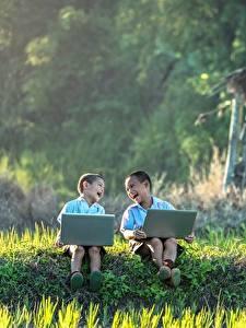 Fotos Asiatische Zwei Jungen Lachen Sitzen Gras Notebook Kinder