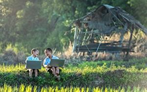 Fotos Asiatische Zwei Junge Lachen Sitzend Gras Notebook Kinder