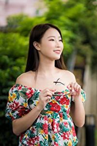 Fotos Asiaten Bokeh Starren Lächeln Hand Brille junge Frauen