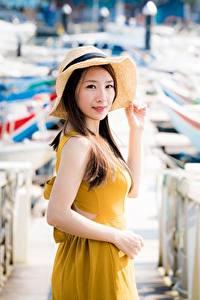 Desktop hintergrundbilder Asiatische Unscharfer Hintergrund Braunhaarige Blick Zaun Hand Der Hut junge frau