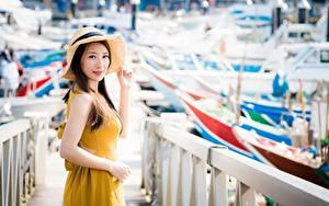 Fotos Asiatische Unscharfer Hintergrund Braunhaarige Blick Zaun Hand Der Hut junge frau