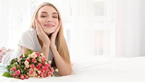 Fotos Sträuße Rosen Blond Mädchen Lächeln Hand Mädchens