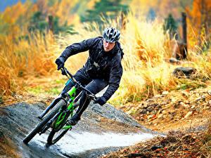 Fotos Mann Fahrrad Helm Fahren sportliches