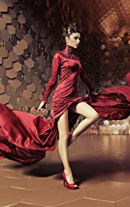 Hintergrundbilder Braune Haare Kleid Tanzen Bein Mädchens