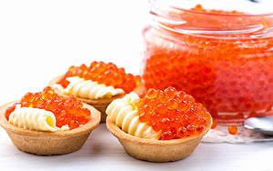 Bilder Meeresfrüchte Kaviar Weißer hintergrund Öle Rot Getreide Tartlets