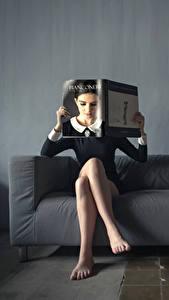Bilder Kreativ Bein Sitzt Couch Zeitschrift Mädchens