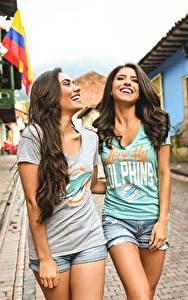 Fotos Stadtstraße Hübsche 2 Lacht Lächeln T-Shirt junge frau
