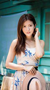 Bilder Asiaten Kleid Hand Der Hut Braune Haare Niedlich Starren