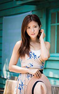 Bilder Asiaten Kleid Hand Der Hut Braune Haare Niedlich Starren junge frau