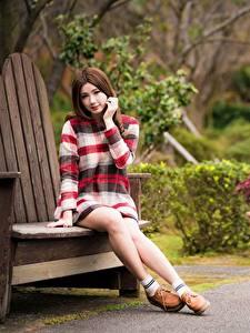 Fotos Asiaten Bank (Möbel) Bokeh Hand Braunhaarige Sitzt Bein Mädchens